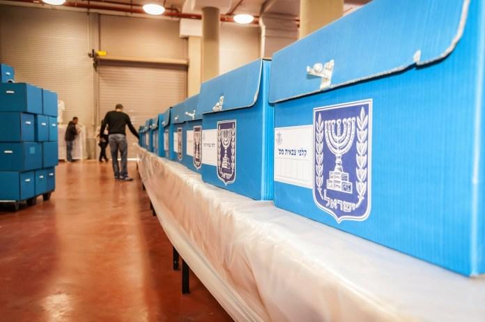 Kék választási urnák a Kneszet-választásokhoz - fotó : Roman Yanushevsky / Shutterstock
