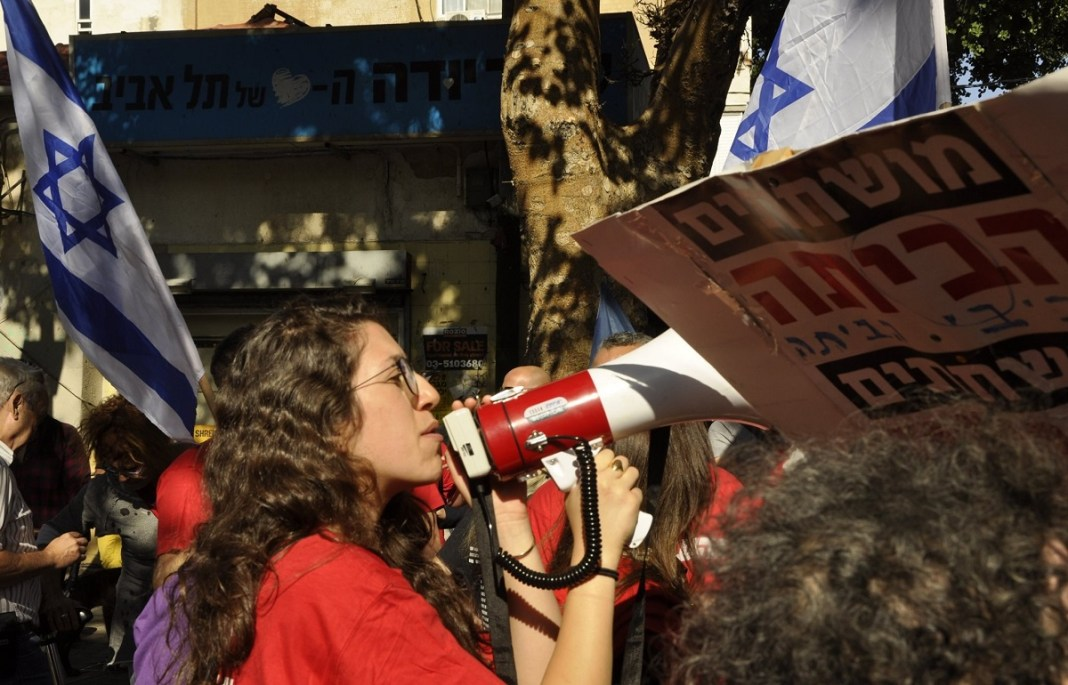 Tel-Avivi tüntető Netanjahu lemondásáért, pénteken - fotó: Kútvölgyi Bea