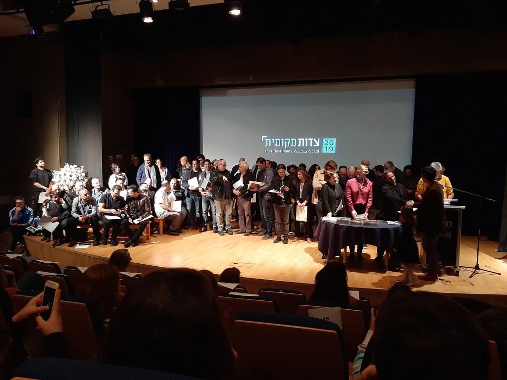 A kiállításon résztvevő fotósok a pódiumon - fotó: frankpeti / Izraelinfo