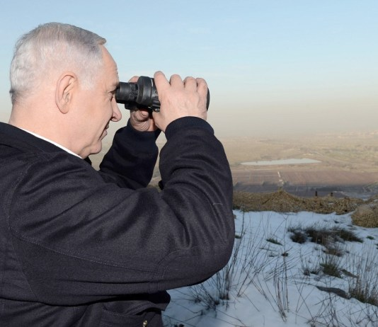 Benjamin Netanjahu miniszterelnök a Golán fennsíkról Szíriát fürkészi - fotó: Kobi Gideon / GPO
