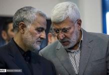 Kaszim Szulejmani iráni tábornok (balra), és Abu Mahdi al-Muhandisz 2017-ben, Szulejmani apjának a temetésén - fotó: Wikipedia