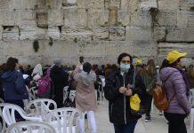 Maszkos nő a Siratófalnál - fotó: Bea Bar Kallos / Izraelinfo