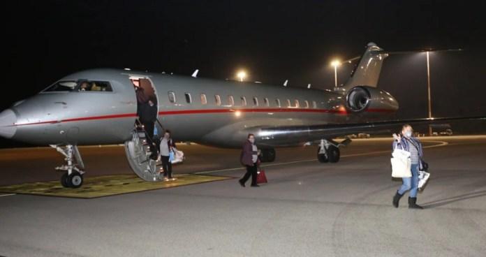 Az utasok leszállnak a repülőgépről a Ben Gurion repülőtéren - fotó: Izraeli Mentők