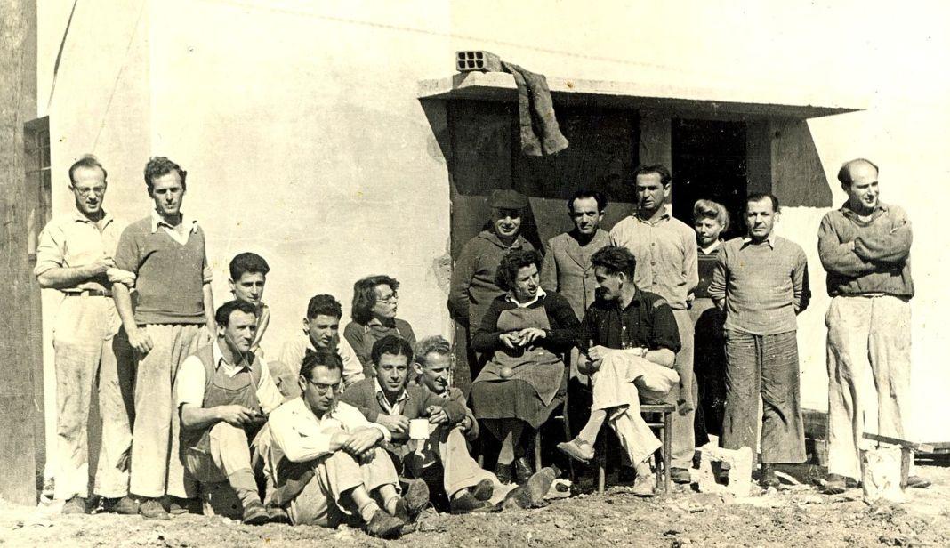 A Gaaton kibuc szandálgyárcsapata 1946-ban - fotó: Gad Livni / Wikipedia