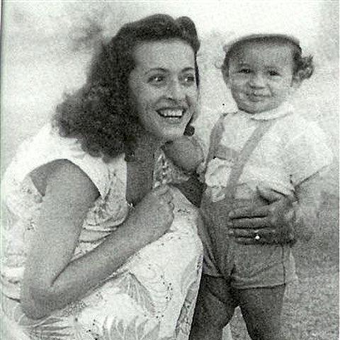 A kis Gene és édesanyja 1950 körül Izraelben. A válás után Flora Witz (született 1925-ben) fiával 1958-ban az Egyesült Államokba költözött - fotó: genesimmons / Instagram