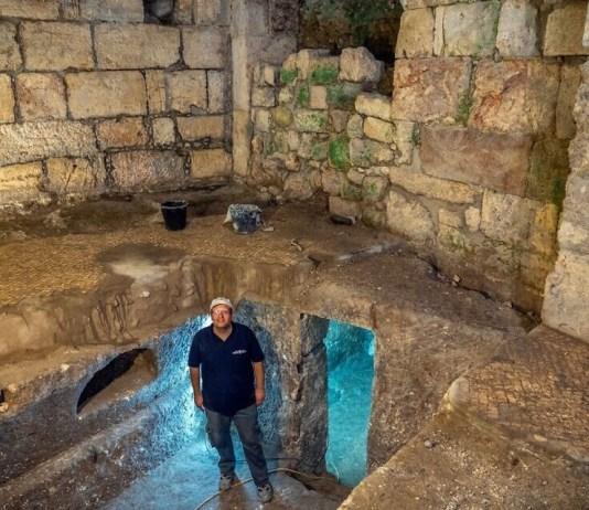 Dr. Barak Monnickendam-Givon a Beit Straus alatt végzett ásatásokon, Jeruzsálem óvárosában, a Nyugati fal közelében, 2020. május - fotó: Yaniv Berman / Izraeli Régészeti Igazgatóság