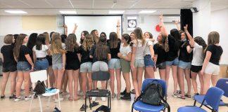 rövidnadrágos diáklányok