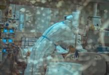 Koronavírussal fertőzött súlyos beteget kezel egy orvos a kórházban - fotó: Shutterstock