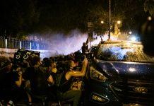 A tüntetők a vízágyú elől autók mögé menekültek - fotó: Izraelinfo