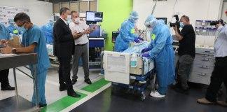 Juli Edelstein egészségügyi miniszter a Rambam kórház korona-osztályán - fotó: Egészségügyi Minisztérium