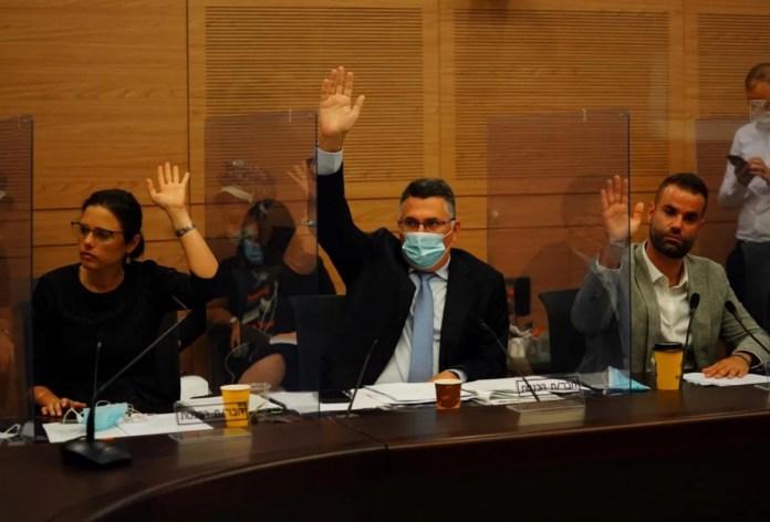 Gideon Saar és Ayelet Shaked a kneszet Alkotmánybizottságának ülésén, 2020. július 22. - fotó: Adina Walman / Kneszet szóvivője