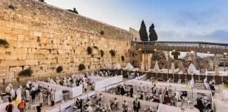 Ortodox zsidók imádkoznak a Siratófalnál koronavírus alatt. A Covid-19-korlátozások miatt kisebb egységekre osztják a teret, 2020. július 12. - fotó: Shutterstock
