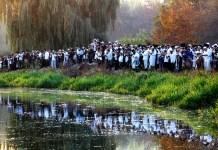 Zsidó haszid zarándokok imádkoznak egy tó partján, a breszlavi Nachman rabbi sírja közelében Ros Hasana, a zsidó újév ünnepe alkalmával, Ukrajnában, Umanban, 2016. szeptembere - fotó: Shutterstock