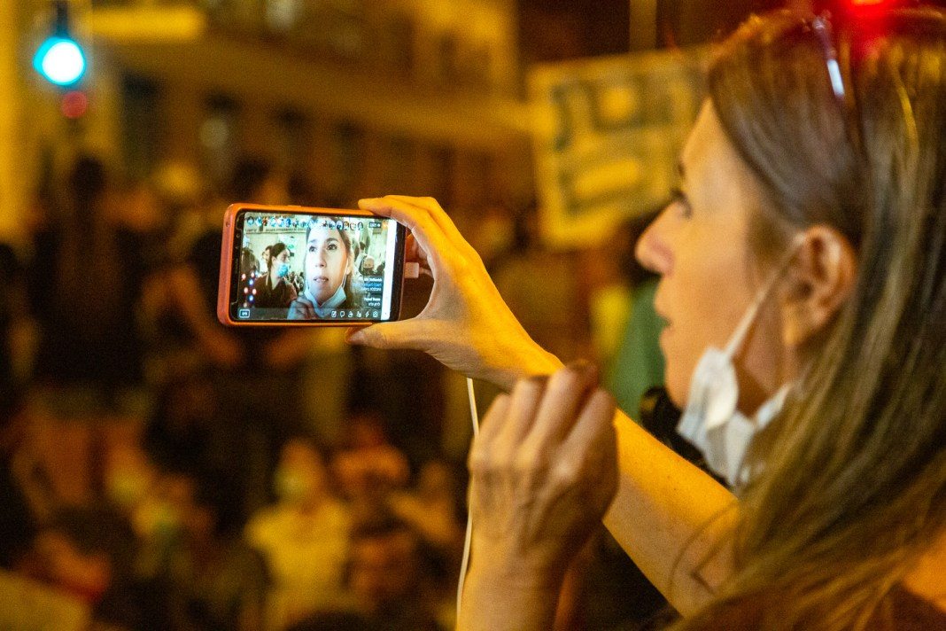 Or-ly BarLev, független újságíró, aktivista, adásban. A hagyományos médiánál is többen követik helyszíni, élő adásait - fotó: frankpeti