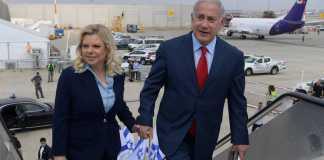 A Netanjahu házaspár a Ben Gurion repülőtéren, 2018-ban - fotó: Amos Ben Gershom / GPO