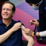 Isaac Herzog izraeli elnök megkapja a harmadik COVID-19 elleni oltást a Sheba Medical Centerben 2021. július 30-án – Fotó: Haim Zach / GPO
