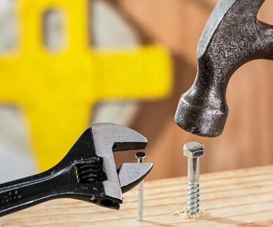 Elementy przydatne do mocowania mebli w domu