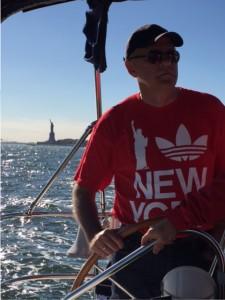-Øyvind Epland ved roret på seglbåt under tur på Hudson River saman med tremenning Jo Ann Strathmeyer.