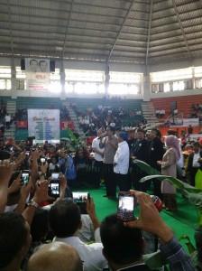 Calon Presiden Joko Widodo didampingi Calon Wakil Presiden Jusuf Kalla memberikan sambutan di depan ratusan relawan Hebat Jokowi-JK (HEJO) di GOR C-Tra, Kamis (29/5). (JABARTODAY/AVILA DWIPUTRA)