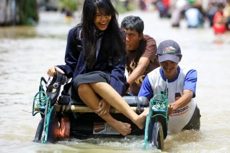 Banjir menyergap beberapa waktu lalu. Kini, banjir datang lagi. (DOK JABARTODAY.COM)