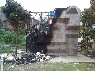 Dinding climbing milik Pemkot Cimahi, terbakar Selasa (2/12/2014) malam sekitar pukul 18.30 WIB, diduga karena tumpukan sampah yang dibakar.