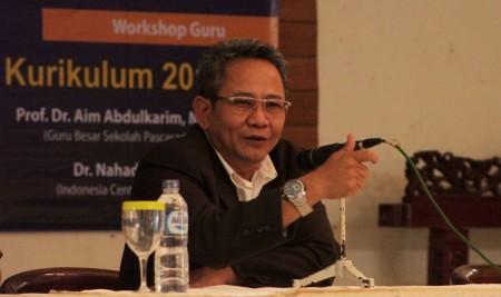 Ketua IKA UPI Maman Abdurrachman menyampaikan kuliah umum di hadapan ratusan guru di Cisarua, KBB. (NAJIP HENDRA SP/JABARTODAY.COM)