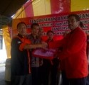 PERSYARATAN : Ketua Tim Pemenangan pasangan UTAMA, Tresnadi (kanan) menyerahkan berkas persyaratan kepada Ketua KPU Kabupaten Kuningan Endun Abdul Haq (kiri).