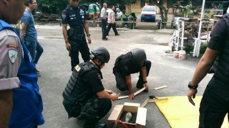 Anggota Gegana Brimob Polda Jawa Barat sedang memeriksa barang yang diduga mortir, Jumat (25/11).