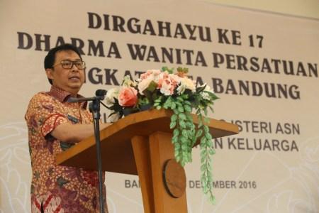 Sekda Kota Bandung Yossi Irianto memberikan sambutan pada HUT Dharma Wanita, Kamis (15/12). (istimewa for jabartoday)