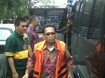 Mantan Wakil Ketua Pengadilan Negeri Bandung Setyabudi Tedjocahyono turun dari mobil tahanan KPK.