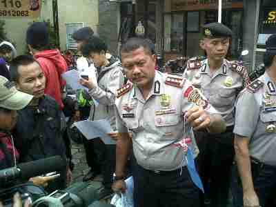Kepala Polrestabes Bandung Komisaris Besar Mashudi memperihatkan barang bukti yang disita dari komplotan pencuri sepeda motor. (JABARTODAY/AVILA DWIPUTRA)