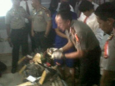 Kapolda Jabar Inspektur Jenderal Mochamad Iriawan memeriksa barang bukti yang digunakan para pelaku penggalian pipa milik PT Pertamina alam ekspose di Mapolda Jabar, Selasa (9/9). (JABARTODAY/AVILA DWIPUTRA)