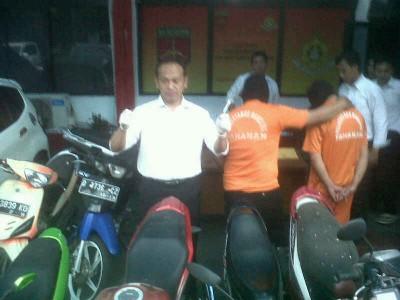 Kasat Reskrim Polrestabes Bandung AKBP Mokhamad Ngajib memperlihatkan barang bukti pelaku pencurian sepeda motor dalam ekspose di Mapolrestabes Bandung, Rabu (8/10). (JABARTODAY/AVILA DWIPUTRA)