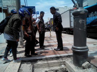 Anggota Komisi C Folmer Silalahi (kanan) mempertanyakan pengerjaan pelebaran jalan kepada pengawas konstruksi, belum lama ini. (jabartoday/eddy koesman)