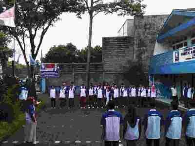 Apel pemenangan Hatta Rajasa sebagai presiden yang dilakukan oleh sayap organisasi Partai Amanat Nasional, Pemegang Amanat Reformasi Rakyat (PARRA) di halaman kantor DPW PAN Jawa Barat, Minggu (19/1). Apel dipimpin langsung Ketua Umum DPP PARRA Rusli Halim Fadli. (JABARTODAY/AVILA DWIPUTRA)