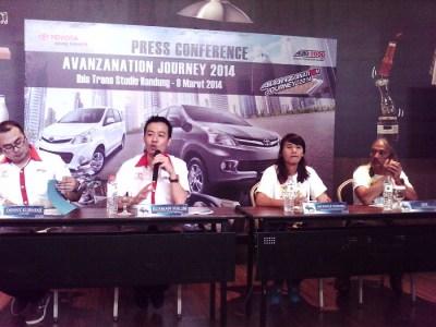 Kepala Cabang AUTO 2000 Pasteur, Rusman Halim (kedua dari kiri), menjelaskan tentang kenaikan penjualan Toyota di awal 2014. (JABARTODAY/AVILA DWIPUTRA)