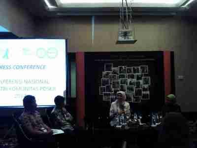 Kepala Dinas Kesehatan Jawa Barat Dr Alma Lucyati (tengah) menerangkan peran pihaknya dalam menangani masalah gangguan kejiwaan yang terjadi di wilayah Jabar, di Konferensi Nasional Konferensi Nasional Psikiatri Komunitas 2014 di Trans Luxury Hotel Bandung, Kamis (27/3).  (JABARTODAY/AVILA DWIPUTRA)