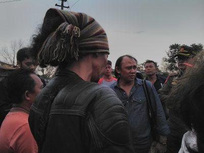 Ketua Komisi D DPRD Kota Bandung Ahmad Nugraha meninjau langsung lokasi penertiban bangunan liar, Kamis (6/10). (jabartoday/avila dwiputra)