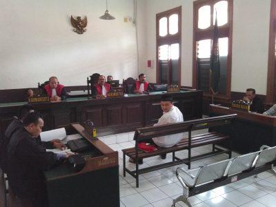 Terdakwa penusukan anggota Kopassus, Marsel Gerald Akbar, mendengar tuntutan jaksa dalam persidangan di Pengadilan Negeri Bandung, Selasa (6/12). (jabartoday/avila dwiputra)