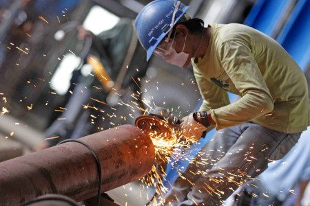 Pekerja mengerjakan pembangunan infrastruktur telekomunikasi. (ILUSTRASI)