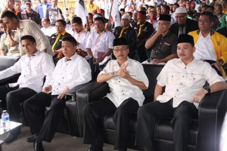 PENDAFTARAN : Dua pasanan balon Bupati-Wakil Bupati mendaftar kekantor KPU  berbarengan.