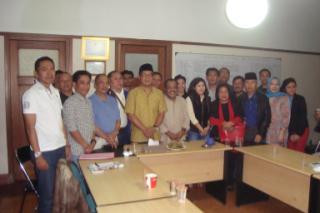 Ridwan Kamil (tengah & berpeci) diantara tuan rumah Pengurus DPW Nasdem Jabar