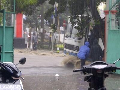 Sebuah motor nyaris dilindus Bus Damri menyusul hujan deras yang terjadi di kota Bandung, Kamis (19/12/2013) (JABARTODAY.COM/NW)