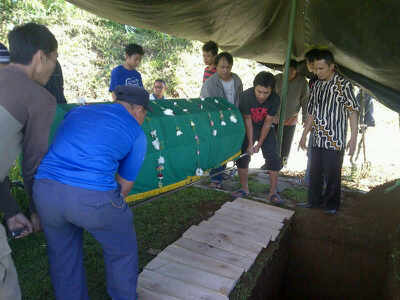 Petugas keamanan salah satu komplek Cibaduyut dimakamkan di Firdaus Memorial Park, Kamis (17/4). Ini wujud komitmen Wakafpro99 untuk membantu masyarakat tidak mampu. (JABARTODAY)