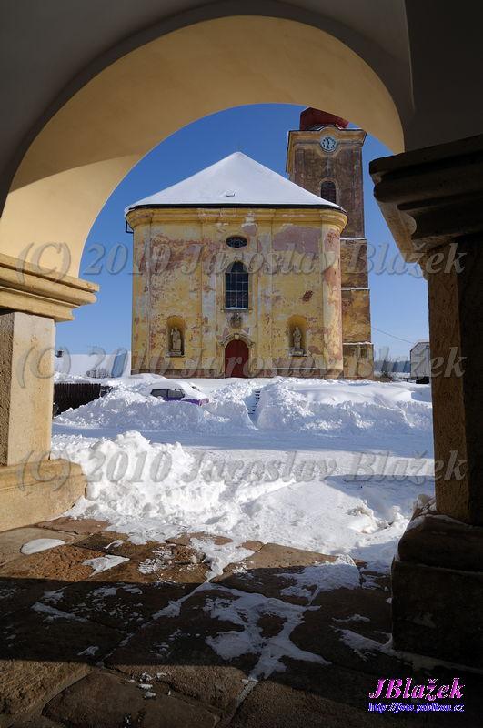 Kostel z podloubí na náměstí