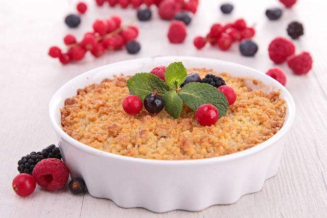 Подавать крамбл можно прямо в форме, предварительно украсив десерт свежими ягодами и веточкой мяты
