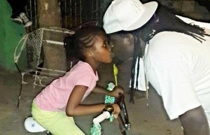 anything wrong with Jah Vinvci kissing daughter on lips picture