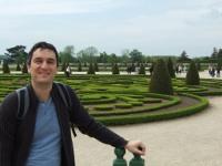 Ich vor den Gärten beim Schloss Versailles