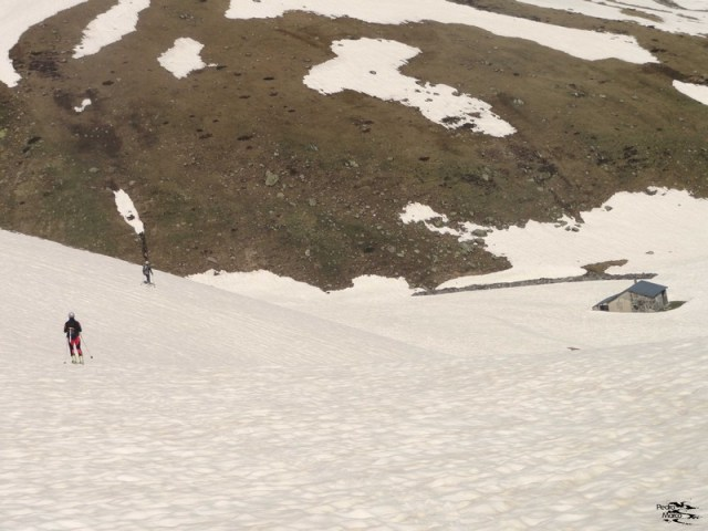 Juan y Gabi llegan esquiando a la cabaña de la Glere