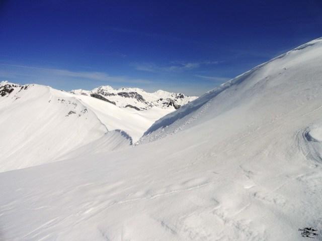 Cornisa en el Col de Astún, vista desde el Malacara